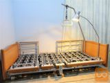 Nizka električna negovalna postelja, s trapezom in lučjo
